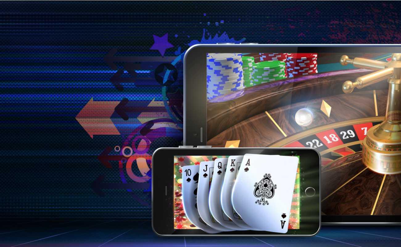 Планшет и iPhone с отображением онлайн-рулетки и покера.