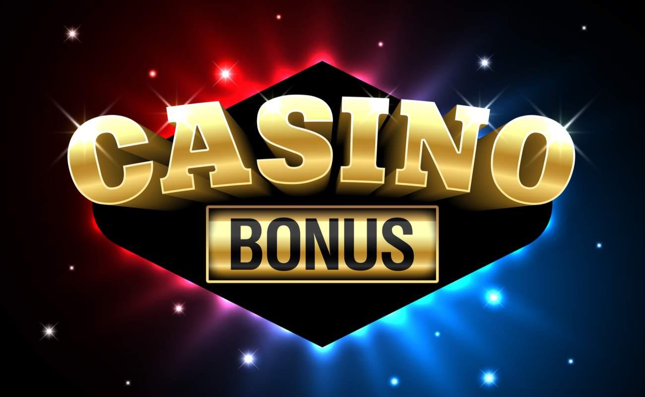 Бонус казино большими золотыми буквами с синими и красными искрами на заднем плане.